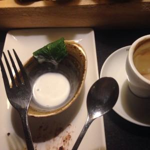 Gabel und Löffel vor geschmolzenem Frozen Joghurt im Schälchen