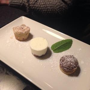 Drei frisch gebackene Minikuchenspezialitäten