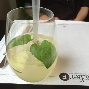 Limonade mit Limette und Minze