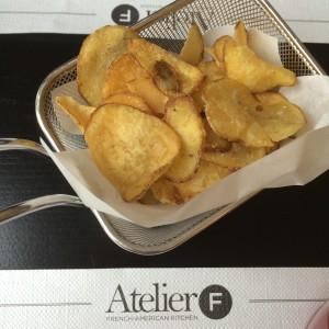 Kartoffelchips im Sieb