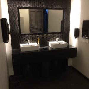 Waschraum der Damentoilette im Atelier F Hamburg
