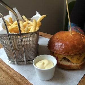 Cheeseburger mit Fritten und Mayo