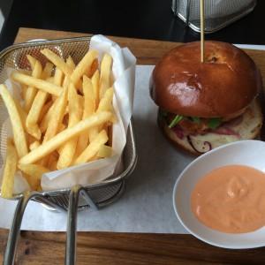 Lachsburger mit Fritten und Lachssoße von oben