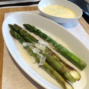 Gegrillter grüner Spargel mit Butter und Parmesanraspeln, dazu ein Schälchen Sauce Béarnaise