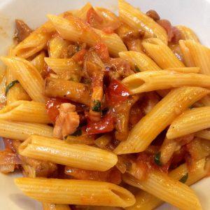 Pasta mit Speck, Pfifferlingen und Tomatensoße