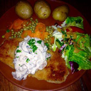 Seitan-Schnitzel, Erbsen und Möhren, Kartoffeln, Pilzsoße und Salatbeilage