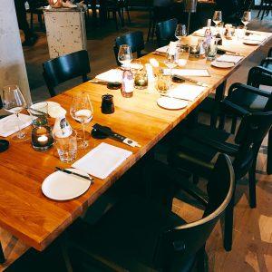 Größerer Tisch mit Gedeck