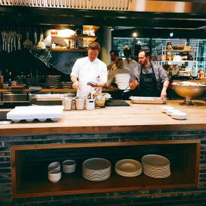 Köche an der Kochinsel beim Hensslers Küche Public Viewing
