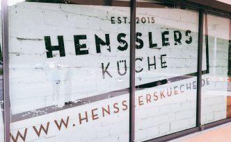 Fenster mit Logo beim Hensslers Küche Public Viewing