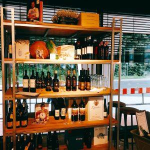 Regal mit Wein und Merchandise