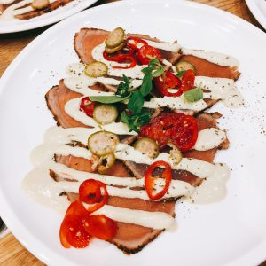 Rindfleisch Carpaccio mit Soße und Chilischeiben