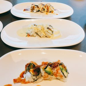 Sushivariationen, Sushi mit Avocado im Vordergrund