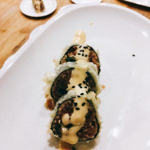Sushi mit scharfem Tunfisch und Soße mit Sesamtopping