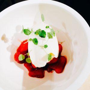 Frozen Yogurt auf Erdbeeten