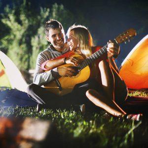 Pärchen mit Gitarre im Garten - Routine neu erleben