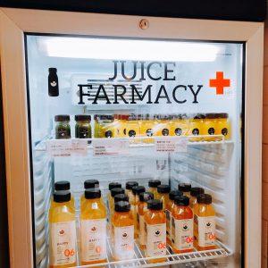"""Kühlschrank mit Säften und der Aufschrift """"Juice Farmacy"""""""