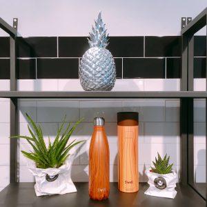 Regal mit Ananas-Deko und Swell Trinkflaschen
