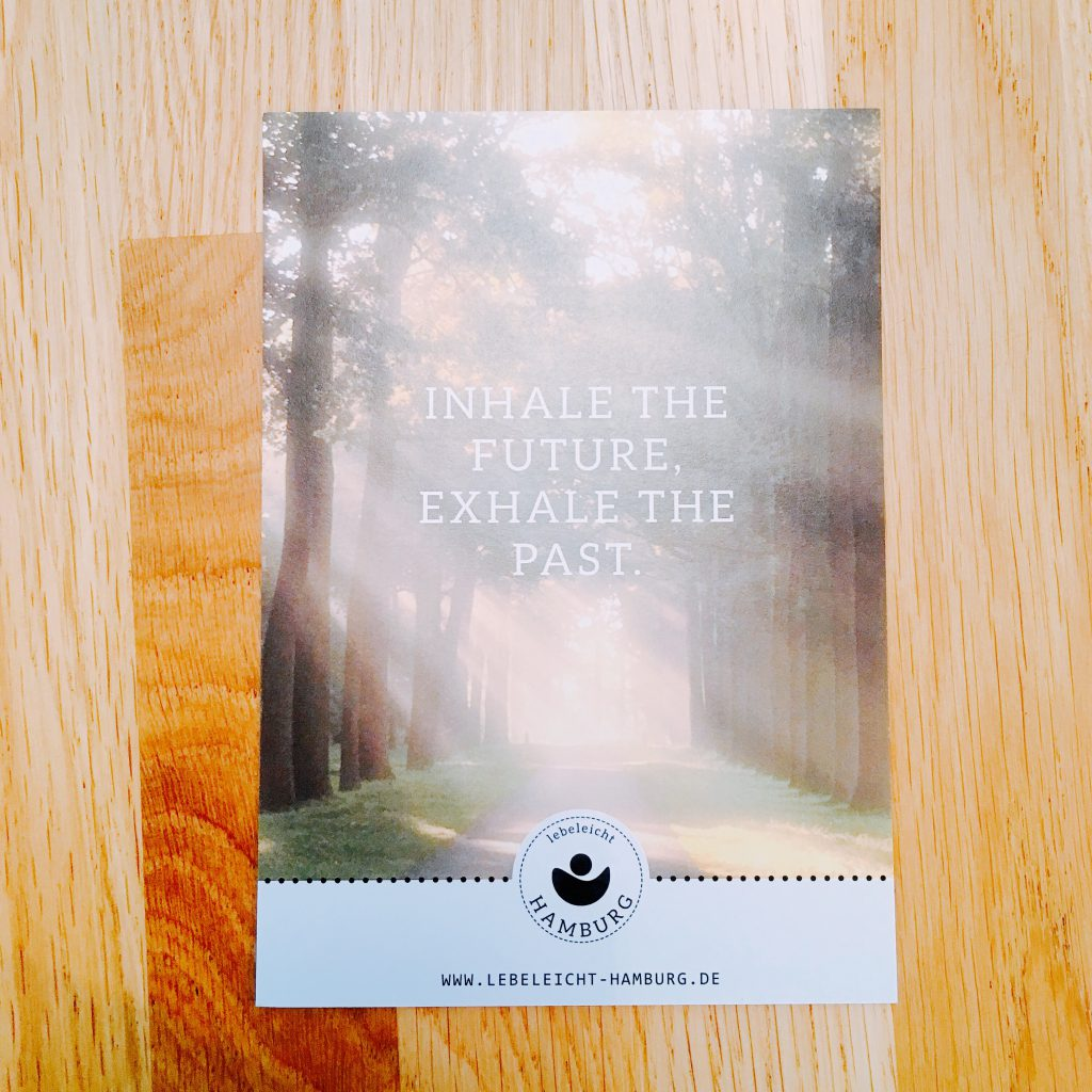 "Postkarte mit Text: ""Inhale the future, exhale the past"""