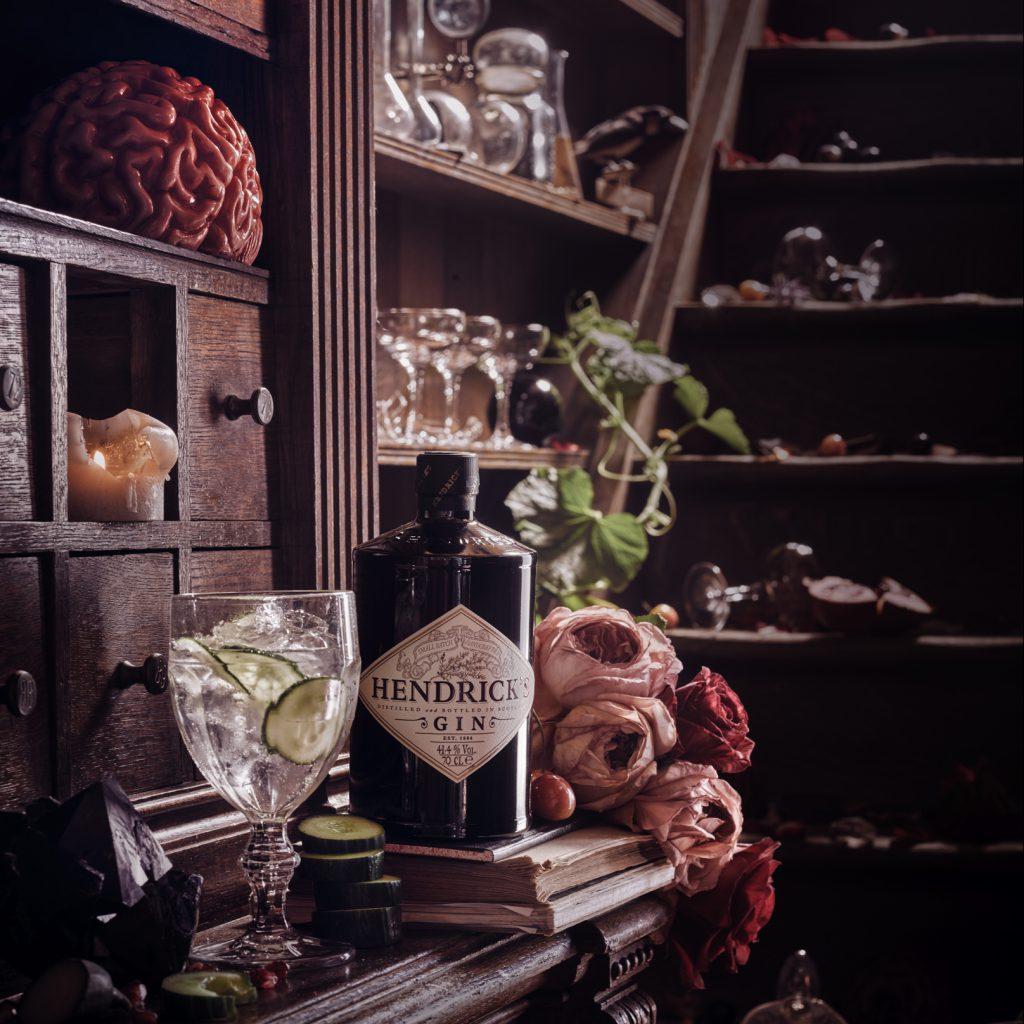 Hendricks Gin im exklusiven Möbelstück umgeben von Requisiten - Chambers of the Curious