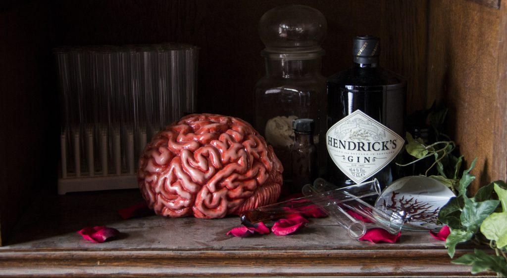 Hendricks Gin mit Requisiten, zB einem Gehirn