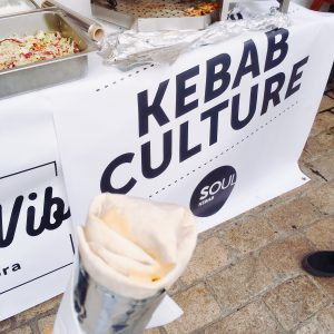 """Kebab mit """"Kebab Culture"""" Logo im Hintergrund"""