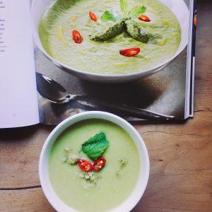 Erbsensuppe mit Chilischeiben und Basilikum von oben - Vegan For Fit Challenge Einkaufsliste