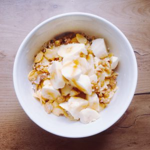 Schale mit Cornflakes, Haferflocken, Banane und mehr - Vegan For Fit Challenge Einkaufsliste