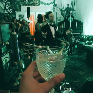 Hendrick's Gin Brand Ambassador Coco hält seine Ansprache zum Event