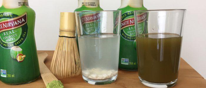 Real Coconut Water Matcha und Pulp im Glas vor den jeweiligen Flaschen