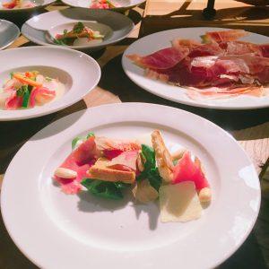 Gruschetta Zutaten durcheinander auf einem Teller - Heinz Beck wirds richten