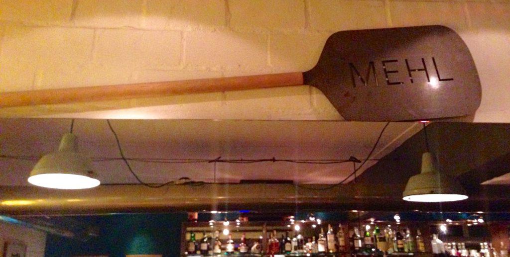 Deko: Pizza-Schaufel mit Das Mehl Branding an der Wand