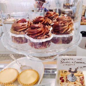 Cupcakes und Kuchenstücke in der Auslage bei Herr Max