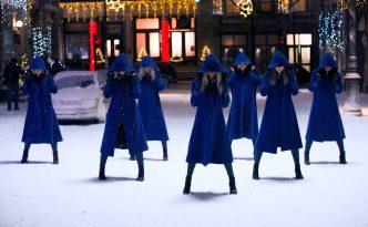 Santaclara Emiliy Roberts mit Tänzerinnen