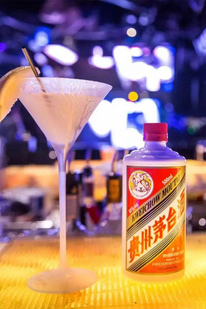 Moutai Flasche und Cocktail auf einem Tresen