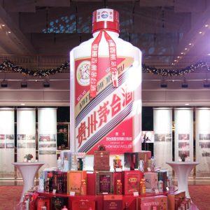 Tisch mit Moutai Produkten und einer riesigen Dekoflasche