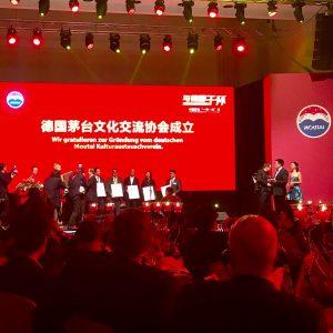 Offizielle Gründung des Vereins mit Repräsentanten auf der Bühne