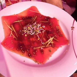 Hauchdünner Thunfisch mit Sauce, Sprossen und Ingwerstreifen