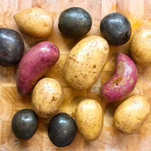 Kartoffeln auf dem Schneidebrett