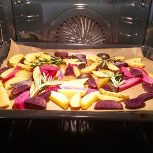 Kartoffelspalten im Ofen mit Rosmarinzweigen