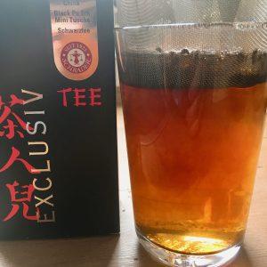 Tee zieht im Sieb im Glas