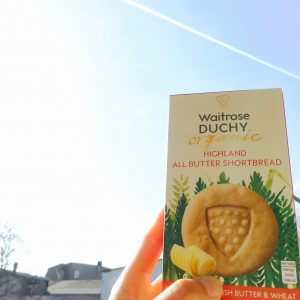 Shortbread-Verpackung vor blauem Himmel mit Sonne