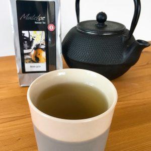 Mate-Tee in Bloomingville Tasse, Kanne und Teepackung im Hintergrund