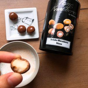 Schoko-Macadamianüsse - abgebissen und ganz