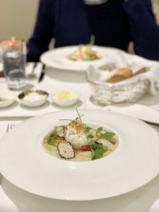 Hausgemachte Fettuccine mit Spargel, Trüffel und pochiertem Ei im Restaurant The Dining Room Hamburg